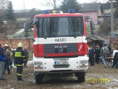 Předání vozu hasičům